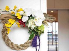 現在人気沸騰の高級造花・アートフラワーのしめ縄。シンプルだけど豪華でオシャレ、インテリアとしても楽しめる新しいしめ縄でお正月をお迎え下さい。*サイズ横 約30...|ハンドメイド、手作り、手仕事品の通販・販売・購入ならCreema。