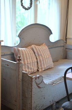 Elämää villa honkasalossa: Me muutettiin! Swedish Decor, Swedish Style, Swedish House, Swedish Design, Scandinavian Living, Scandinavian Interior, Interior Styling, Interior Decorating, Wooden Couch