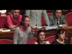 Paola Taverna (M5S) umilia i politici italiani