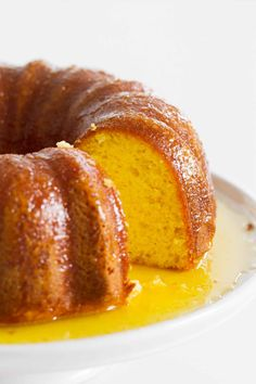 Moist and delicious, this Orange Glazed Bundt Cake starts with an easy citrus bundt cake that is covered in a sticky, sweet orange glaze. This cake is always a hit! Orange Juice Cake, Orange Bundt Cake, Lemon Bundt Cake, Orange Zest, Citrus Cake, Rum Cake, Bunt Cakes, Cupcake Cakes, Köstliche Desserts