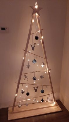 Wall Christmas Tree, Creative Christmas Trees, Christmas Wood Crafts, Christmas Deco, Christmas Projects, Christmas Home, Holiday Crafts, Christmas Holidays, Christmas Ornaments
