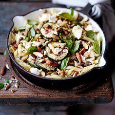 Kesäkurpitsapasta | Kasvis, Arjen nopeat | Soppa365 Zucchini Pasta, Happy Foods, I Love Food, Pasta Recipes, Pasta Salad, Feta, Risotto, Potato Salad, Dairy Free