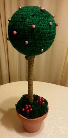 Styropor Kugel umhäkelt ein Ast einen Blumentopf und Blumensteckschaum ein paar Perlen und Ponpongs und  decko Vogelbeeren