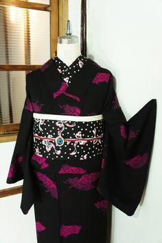シックの黒の地に、こっくりとした深みのある紫がかったピンク色で、扇面のモチーフがぽんぽんとリズミカルに織り出されたウールの単着物です。