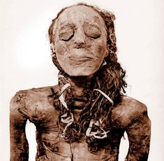 Like most ancient Egyptians, this wife of a pharaoh King died young. But her body, still well preserved over 5000 years, was prepared for a glorious afterlife.