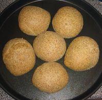 Nikki Buns, de beste lowcarb tarwe en -glutenvrije bolletjes ooit | KTNK Carb Free Bread, Low Carb Lunch, Cornbread, Muffin, Healthy Recipes, Healthy Food, Gluten Free, Baking, Breakfast