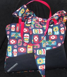 Tolle Handtasche.  Die Handtasche hat außen 3 und innen 2 Einsteckfächer, verschlossen wird sie mittels einer großen Schleife, als Griffe dient r...