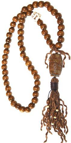 reliquia. Realizado con jade, madera, turquesa, hilo de algodón y borla de cuero. Medida collar: 76 cm + Medida colgante: 19 cm