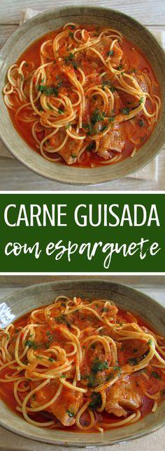 Carne guisada com esparguete | Food From Portugal. Muitas vezes as receitas mais simples são as mais saborosas, esta deliciosa receita de carne guisada em molho de tomate com esparguete é sem dúvida um bom exemplo. Polvilhe com coentros picados e sirva! Bom apetite!!! #receita #carne #esparguete