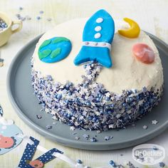 Rocket Cake: Small cheese and cream cake with mango pieces for astronauts cake decorating recipes kuchen kindergeburtstag cakes ideas Baking Recipes For Kids, Baking With Kids, Cake With Cream Cheese, Cream Cake, Ideas Decoracion Cumpleaños, Rocket Cake, 25th Birthday Cakes, Star Cakes, Cakes For Boys