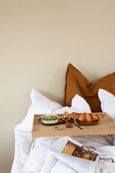 Frokost i sengen - Lady Inspirasjonsblogg Jotun Lady, Wonderwall, Room Colors, Terrazzo, Hummus, Interior Inspiration, Chevron, Nordstrom, Yellow