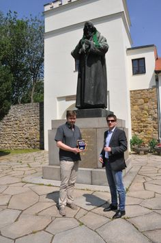 Ředitel muzea JAK, Miroslav Vaškových přebírá pamětní medaili od Luboše Krčila, ředitele Národní Pokladnice