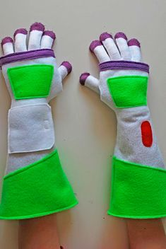 Buzz Lightyear gloves DIY (from dollar store gloves!) Just in case I wanna be buzz lightyear for halloween. Buzz Lightyear Kostüm, Disfraz Buzz Lightyear, Buzz Lightyear Diy Costume, Buzz Costume, Costume Ideas, Sewing For Kids, Diy For Kids, Crafts For Kids, Toy Story Party