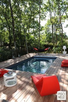 The contemporary furniture, of a bright red, simply modernizes the basin. - The contemporary furniture, of a bright red, simply modernizes the basin. Small Backyard Pools, Small Pools, Swimming Pools Backyard, Swimming Pool Designs, Modern Tropical House, Zen Garden Design, Small Pool Design, Bokashi, Fiberglass Pools