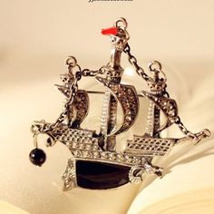 Brooch shaped like a ship in crystal and alloy