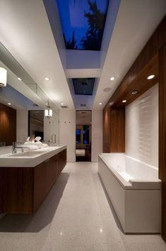 Decoração com claraboia | Claraboia traz iluminação para banheiro (Foto: Pinterest/Reprodução)