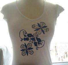 Camiseta de algodon pintada a mano con pinturas especiales para tela y acabados con imprimacion. www.carmenoropesa.com