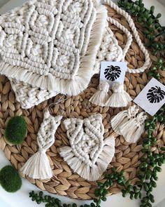 "Macrame purses boho bag babes by These mini clutches . 8 beginner macrame projects other than wall hanging – Artofit Képtalálat a következőre: ""kirlee and ko art n design"" No photo description available. Macrame Purse, Macrame Earrings, Macrame Jewelry, Diy Boucle D'oreille, Art Macramé, Diy Accessoires, Boho Bags, Diy Décoration, Macrame Tutorial"