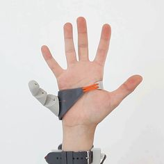 For her graduate work at the Royal College of Art, Dani Clode created a wearable third thumb that can help its user carry more objects, squeeze lemons or play complex chords on the guitar.