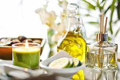Para qué sirve el aceite de joroba?  En la industria, el aceite de jojoba mejora las propiedades de transferencia de calor en los aceites lubricantes. Entre sus beneficios cosméticos se encuentra el aumento de la flexibilidad de la piel. Puede ofrecer grandes beneficios para mejorar la piel seca. Puede restaurar el brillo del cabello seco. Sus propiedades ayudan a humectar el cuero cabelludo y evitar la caspa. El aceite de jojoba también puede utilizarse como un limpiador de maquillaje.
