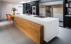 De afzuigkap in het dak is gerealiseerd door Wave Kitchen Products.