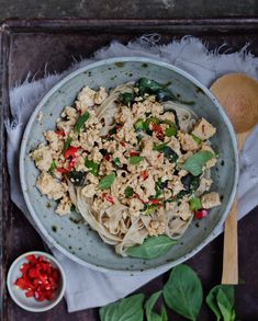 Tofu Pad Krapow a spicy Thai recipe for vegetarians and vegans with tofu and basil. A delicious and fat free meal fast on your plate.