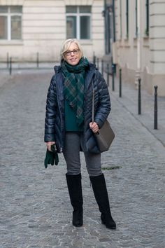 Winter travel outfit: Susan B. wears a navy puffer jacket, forest green top and … Winter travel outfit: Susan B. wears a navy puffer jacket, forest green top and scarf, grey jeans and black knee boots. Details at une femme d'un certain age. Paris Outfits, Jean Outfits, Summer Outfits, Fall Fashion Trends, Autumn Fashion, Fashion Ideas, Fashion Tips, Travel Pictures Poses, Winter Travel Outfit