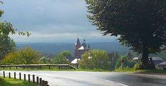 En quittant Collonges-la-Rouge, vue sur l'église Saint-Pierre