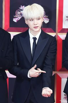 I don't understand hy people don't like suga. LOOK AT HIM WITH YOUR BOTH EYES OPEN AND SEE ALL THE FLAWS THAT HE DOESN'T HAVE IN HIS EFFING BEAUTY