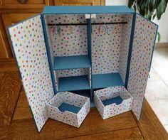 Cette été, Blandine a réalisé une armoire de poupée                      Les cintres sont faits à partir de trombones.          Cette armoir...