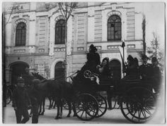Visor Archivo General Región de Murcia. FOT_POS,07/001 / Fotografía de coche de caballos ante el Teatro Romea. c. 1900Encima del coche van varias señoras con mantillas y caballeros con sombreros. El cartel anuncia Viejecita y La Zarina.