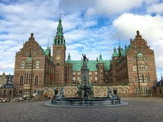 Frederiksborg Slot near Copenhagen is the largest Renaissance castle in Scandinavia and has the Museum of National History of Denmark. Copenhagen Tours, Copenhagen Denmark, National History, Winter Holidays, Day Trips, Barcelona Cathedral, Travel Tips, Castle, Vacation