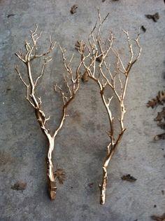 枝や拾ってきた枯れ木にゴールドのスプレーペイント