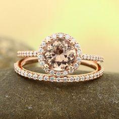 Der Mitte-Stein ist natürliche 7mm Runde Fancy Color Rosa Morganit. Die Seite-Steine sind Naturdiamant in G-H/SI Farbe/Klarheit. Die Einstellung ist