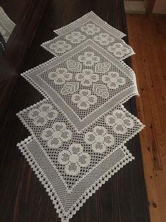 Crochet Table Runner Pattern, Crochet Doily Patterns, Crochet Tablecloth, Crochet Doilies, Crochet Stitches, Filet Crochet Charts, Free Crochet, Crochet Vintage, Diy Crafts Crochet