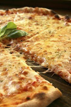 Pizza trois fromages maison                                                                                                                                                     Plus