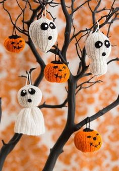 A free crochet pattern of a halloween spiderweb. Do you also want to crochet this spiderweb. Read more about the Crochet Pattern Halloween Spiderweb Moldes Halloween, Adornos Halloween, Manualidades Halloween, Easy Halloween Crafts, Halloween Trees, Holiday Crafts, Halloween Decorations, Halloween Season, Diy Halloween Ornaments