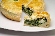 Griechischer Spinatkuchen (Spanakopita)  Spanakopita ist ein wunderbares vegetarisches Gericht aus der klassischen griechischen Küche. Spanakopita schmeckt auch kalt.  http://einfach-schnell-gesund-kochen.de/griechischer-spinatkuchen-spanakopita/