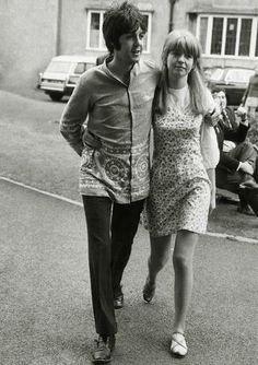 Saturday August 1967 - Paul McCartney and Jane Asher making their way to the lecture hall at Normal College in Bangor, North Wales, where The Beatles were to spend the Bank. Jane Asher, Paul Mccartney, Rock And Roll, Pop Rock, Sir Anthony Hopkins, Beatles Photos, Sir Paul, Blues, The Fab Four