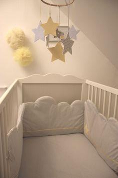 Inspiração para você mamãe que ainda não comprou um móbile para o quarto do seu bebê, hoje lá no blog tem várias ideias para você mesmo fazer o móbile em casa. #DádivadeMãe #IdeiasdeMóbile
