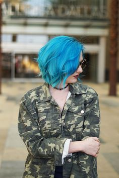 This wavy blunt bob is such an easy hairstyle, especially for summer! Click through to see more photos of this blue hair color!