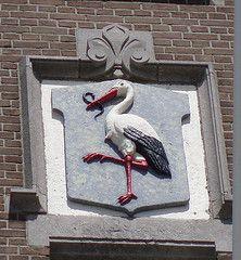 De ooievaar in het wapen van Den Haag; gevelsteen in de Duinstraat.
