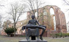 Blick auf die Ruine der Franziskaner-Klosterkirche. Hier starb Yosi D., vorher hatte er Hilfe bei der Botschaft und der jüdischen Gemeinde gesucht