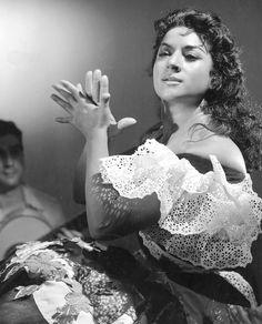 Lola Flores, I love this picture! Gypsy Caravan, Gypsy Wagon, Gypsy Life, Gypsy Soul, Tango, Spanish Dance, Gypsy Living, Vintage Gypsy, Vintage Style