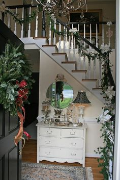 Love this no matter what the holiday. Beautiful entry way