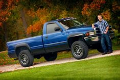 Truck Senior Pictures, Outside Senior Pictures, Male Senior Pictures, Guy Pictures, Senior Photos, Senior Portrait Outfits, Senior Picture Outfits, Photography Senior Pictures, Photography Ideas