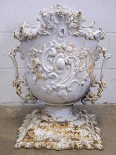 Relics, Sculpture, Motifs for the Home :     Columbus Architectural Salvage – Ornate Cast Iron Garden Urn    -Read More –   - #Sculptures https://decorobject.com/decorative-objects/sculptures/relics-sculpture-motifs-for-the-home-columbus-architectural-salvage-ornate-cast-iron-garden-urn/