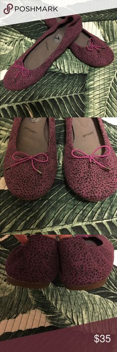 Sanuk yoga ballet flats Super cushioned pair of ballet flats! Like new, only flaw is a little darkening in the footbed where the price tag was. Soles show no wear. Sanuk Shoes