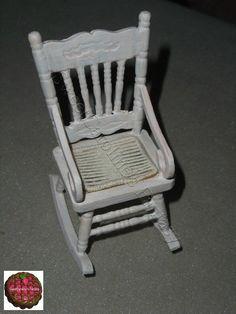 Sedia a dondolo in legno in scala 1:12