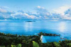 Le Lémuria, fleuron des Constance Hotels aux Seychelles, a ré-ouvert en 2017 après plusieurs mois de travaux pour rénovation. Nouvelle déco, mais même esprit raffiné en harmonie avec la nature paradisiaque de l'île de Praslin. (Source : « Les Echos Série Limitée »)